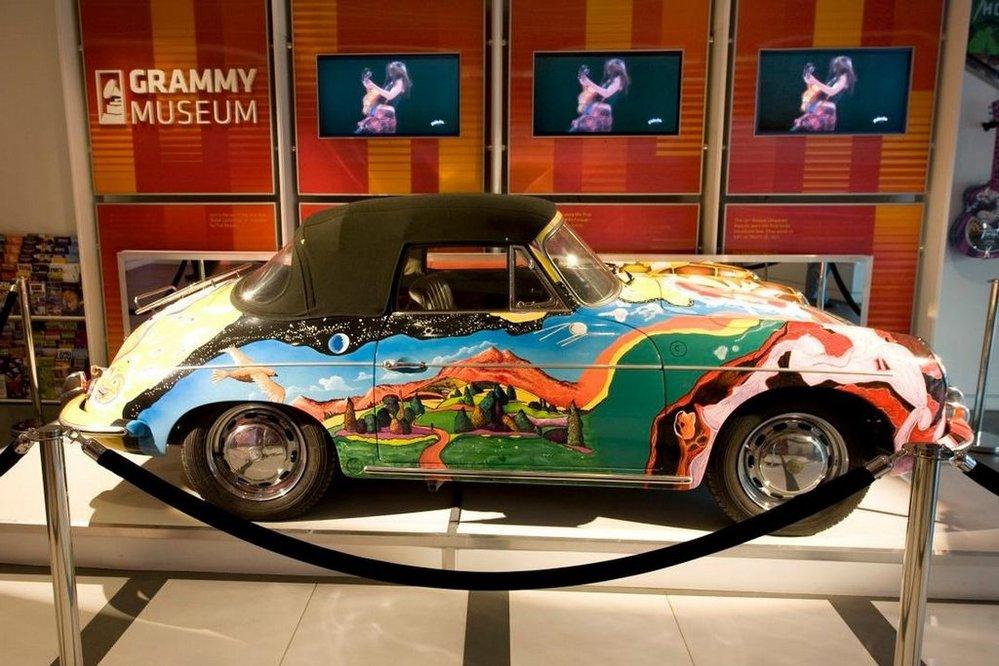Pestrobarevné porsche Janis Joplinové jde do aukce