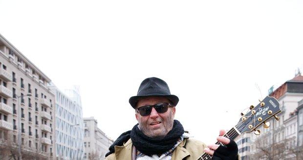 Petr Janda jako bezdomovec při natáčení klipu k písni Nemám páru