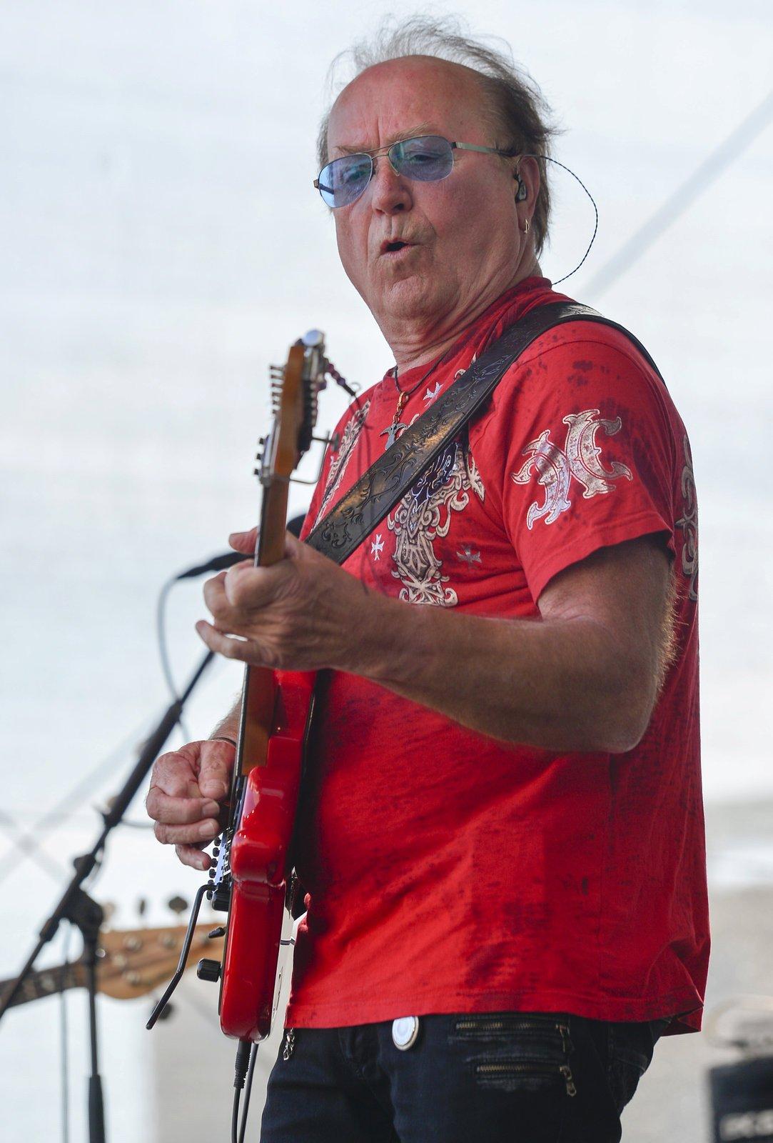 Na 25 kytar vlastní Petr Janda. Tahle červená patří k jeho nejoblíbenějším. Ozdobil si ji i šňůrkou s korálky, kterou zakoupil na Mallorce, aby podpořil chudé.