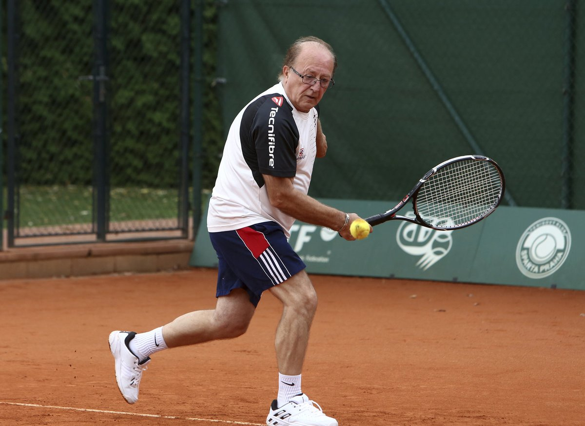 Petr rád hraje tenis.
