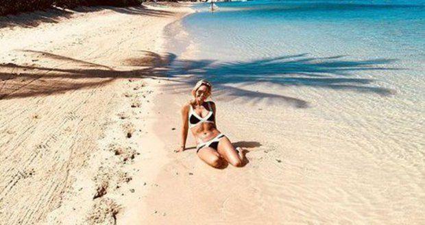 Klára Koukalová na pláži na Mauriciu