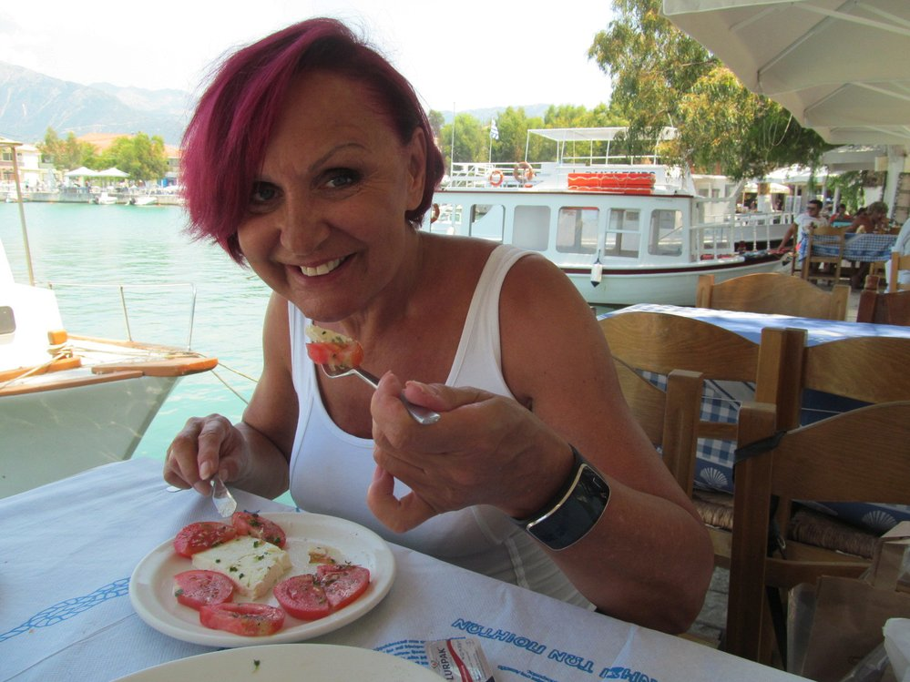 Oblíbila si řecký salát se sýrem feta.