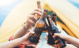 Poraďte si (nejen) v kempu: 9 triků, jak otevřít pivo i bez otvíráku
