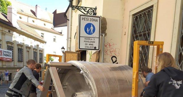Dělníci stěhují do obnoveného městského pivovaru v Brně varnu.