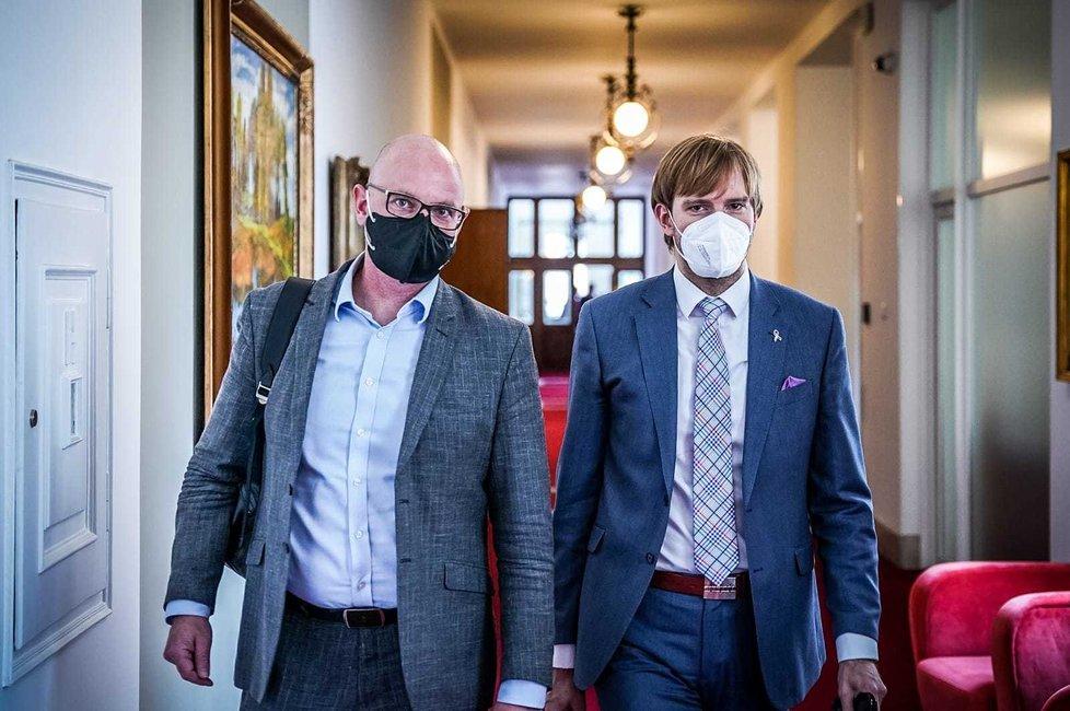 Ministr školství Robert Plaga (za ANO) a ministr zdravotnictví Adam Vojtěch (za ANO) před jednáním vlády (31.5.2021)