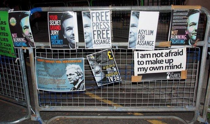 Plakáty na podporu Juliana Assange v Londýně