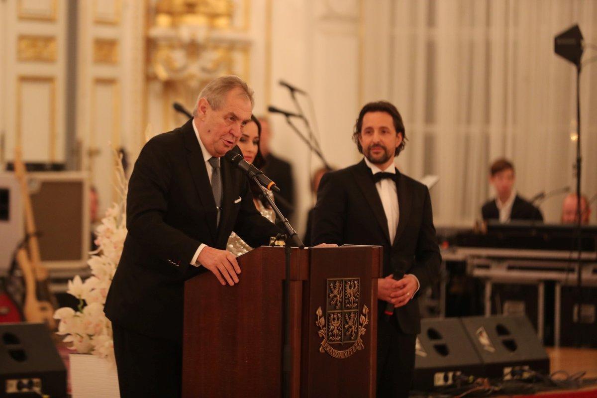 Prezident Miloš Zeman během projevu při zahájení pátého charitativního plesu na pražském Hradě zmínil opět metál pro Karla Gotta. (10.01.2020)