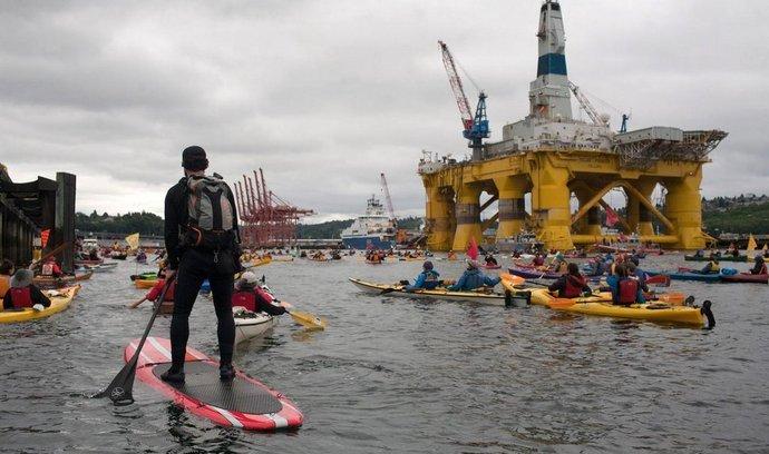 Plošina Polar Pioneer obklopená demonstranty v přístavu v Seattlu