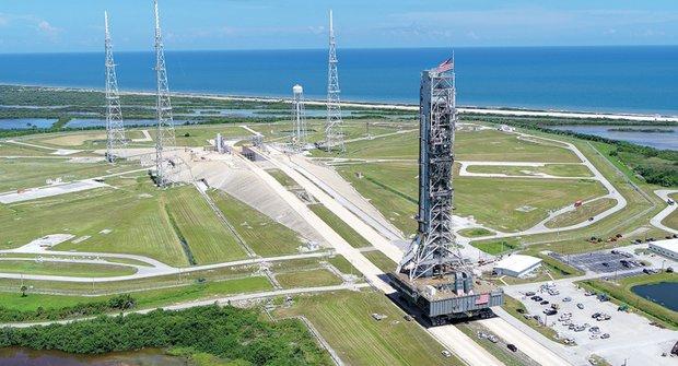 Monstrum v pohybu: Věž pro let k Měsíci míří na startovací rampu