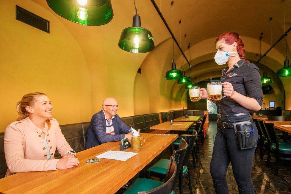 Servírka obsluhuje hosty v plzeňské restauraci Plzeňka, která po rozvolnění protiepidemických opatření otevřela vnitřní prostory (31. 5. 2021)