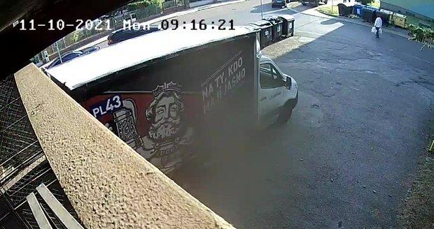 Mladý řidič v Plzni srazil seniora. Snažil se ho odtáhnout, pak od nehody ujel.