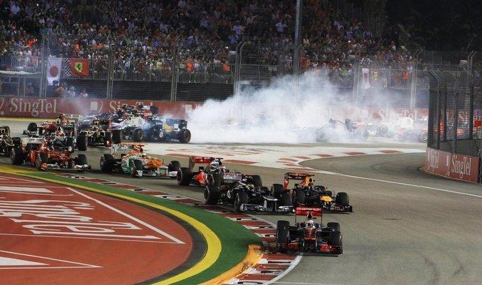 Po startu vedl pole závodníků Lewis Hamilton