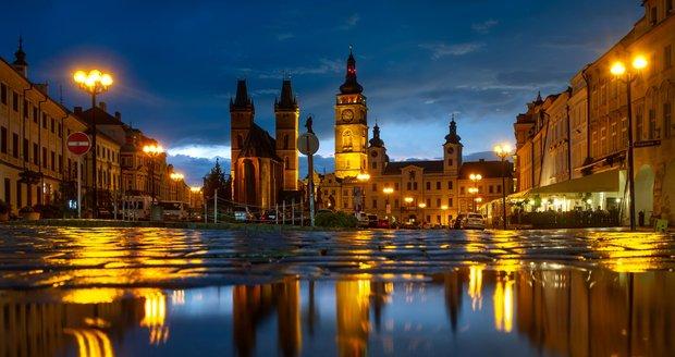 Velké náměstí v Hradci Králové po bouřce, která se přehnala 8. července 2021 ve večerních hodinách.
