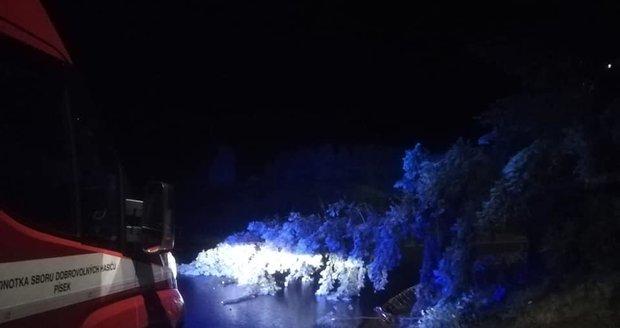 V Písku se do odstraňování následků bouřek zapojili i dobrovolní hasiči.