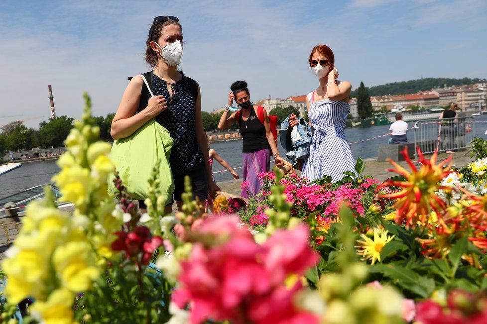Lidé v Praze si užívali teplého počasí a rozvolnění (5.6.2021).