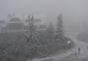 Pohled z webové kamery ČHMÚ na Lysou horu ve středu 13. října 2021.