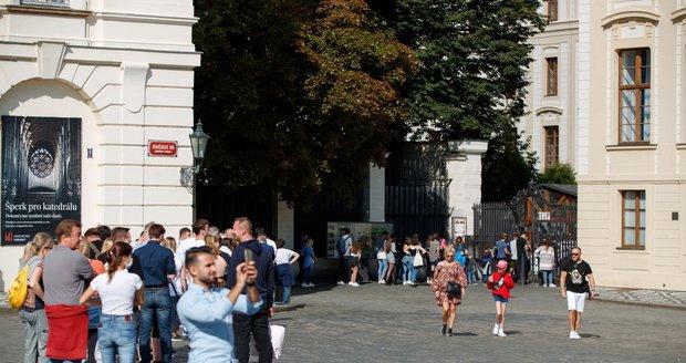 Teplé počasí vylákalo do pražských ulic davy lidí (25. 9. 2021)