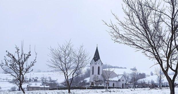 Krajinka kolem Hrčavy zasypaná sněhem vypadá malebně, ale radost z toho v půlce dubna má už málokdo.