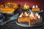 Chystáte vpodzimním období oslavu nebo jinou slavnostní příležitost a stále si nevíte rady sdortem? Nebojte se využít ořechy, jablka, blumy, řepu a další suroviny, které toto barevné období nabízí. Inspiraci hledejte vnaší galerii plné dortových skvostů.