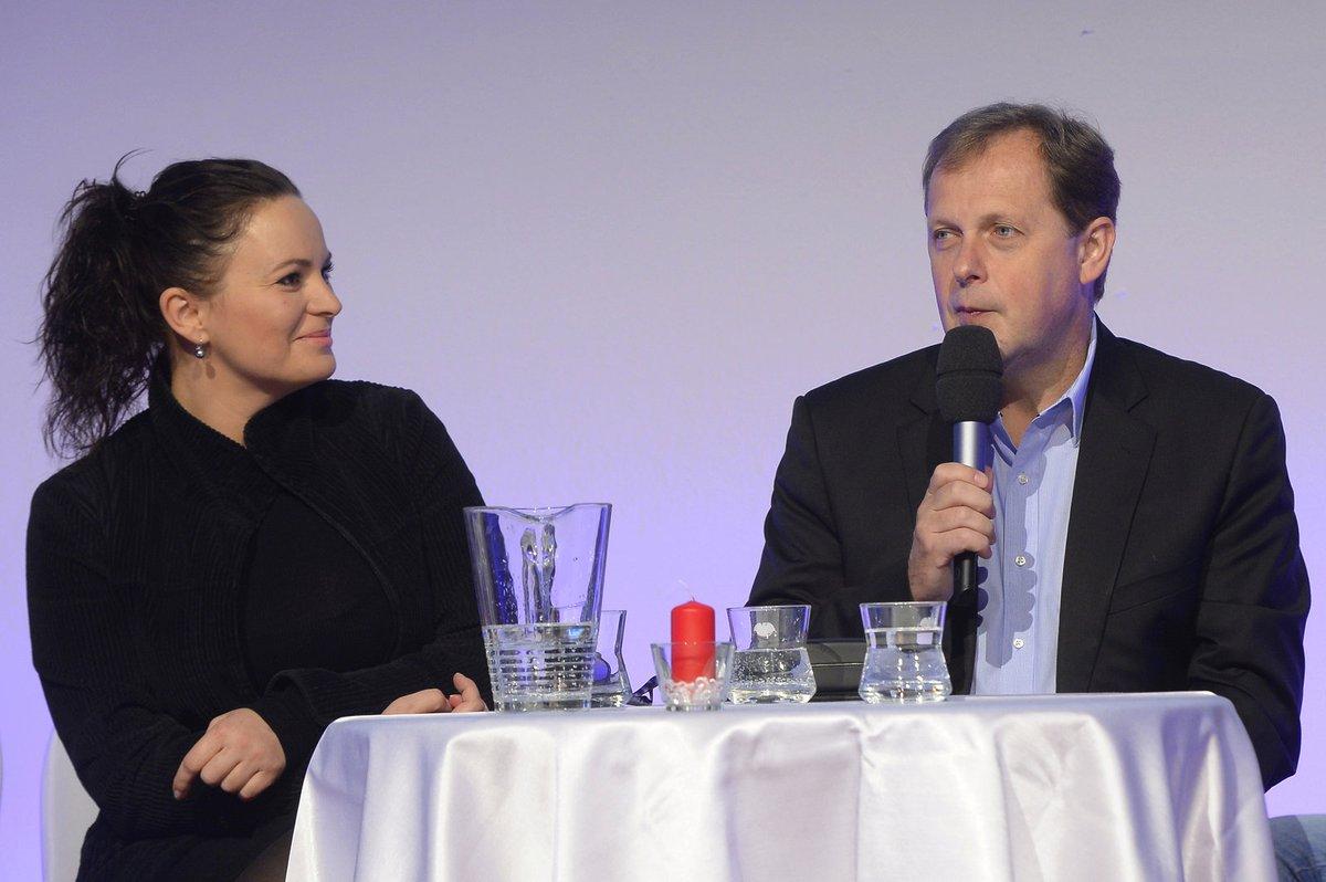 Petr Dvořák prozradil, že pohádky točili tvůrci kriminálek. Jitku Čvančarovovu to pobavilo.