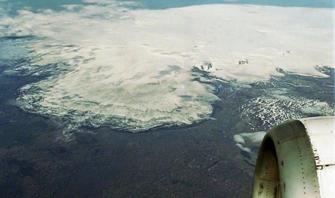 Pohled z letadla na ledovec Vatnajökull se sopkou Bárdarbunga