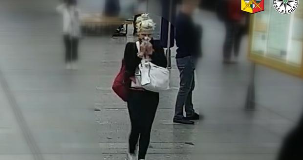 Žena zatajila nález tašky s notebookem za tisíce, poznáte ji?