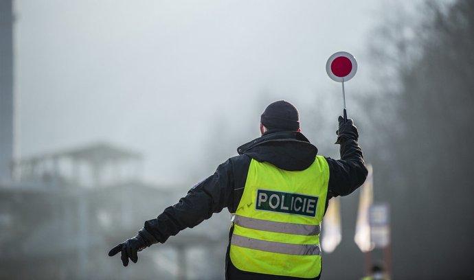 Policie ČR kontroluje občany.