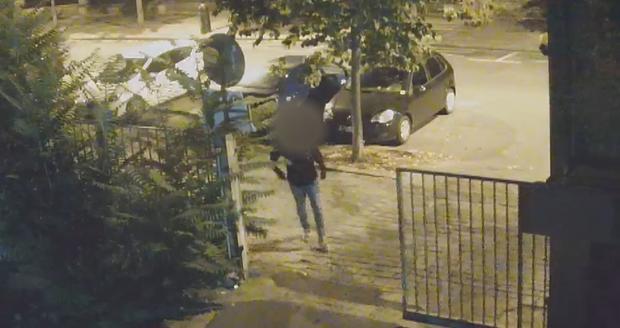 Muž se vloupal do dvou aut, jedno z nich byla sanitka.