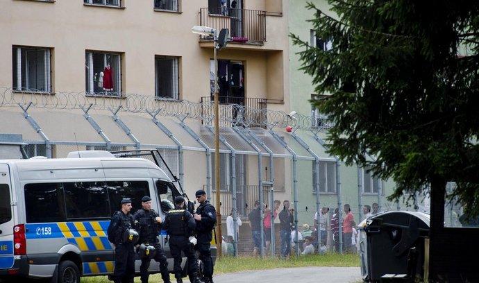 Policie musela zasáhnout proti cizincům, kteří se vzbouřili v zařízení v Bělé pod Bezdězem (31. července 2015).