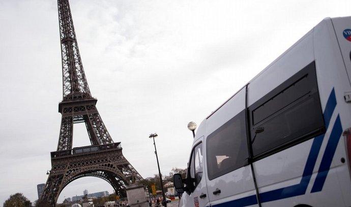 Policie poblíž Eiffelovy věže