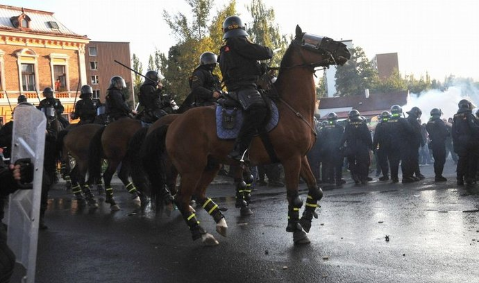 Policie při zásahu na demonstraci ve Varnsdorfu