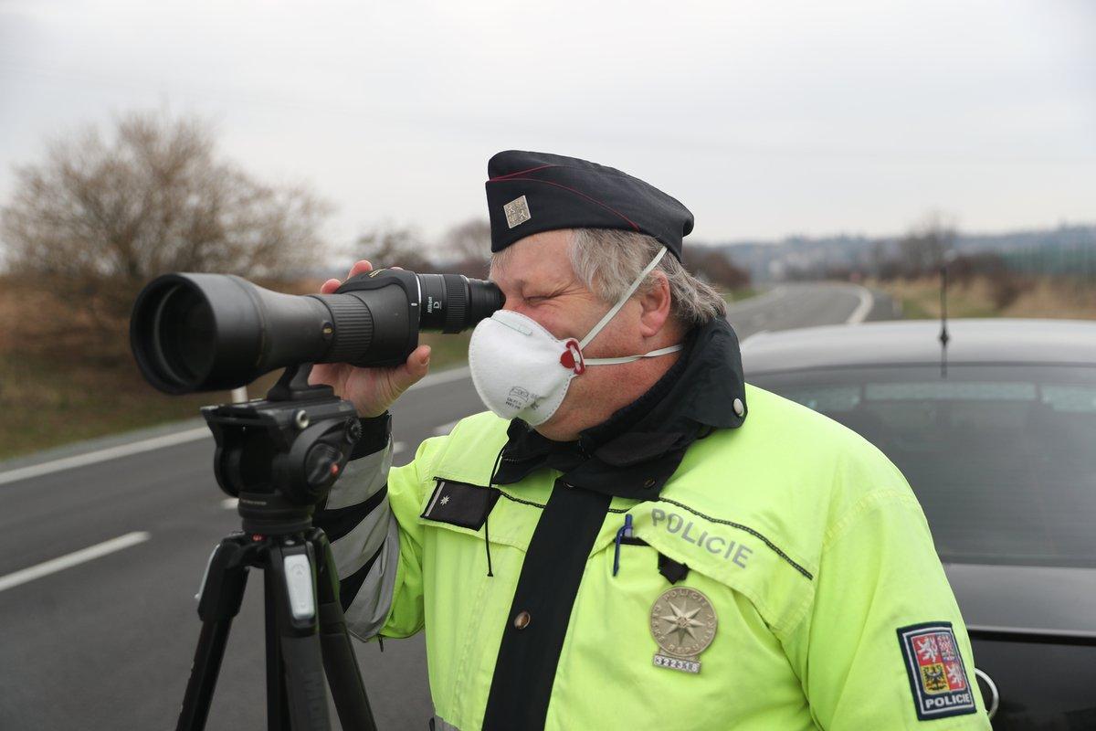 Policie dohlíží na vládní nařízení.