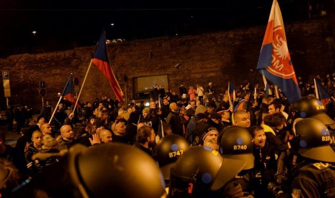 Policie zasáhla proti demonstrujícím proti migraci u Úřadu vlády