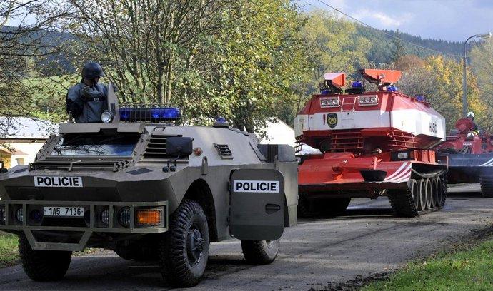 Policisté a hasiči v okolí vybuchlého muničního skladu ve Vrběticích na Zlínsku