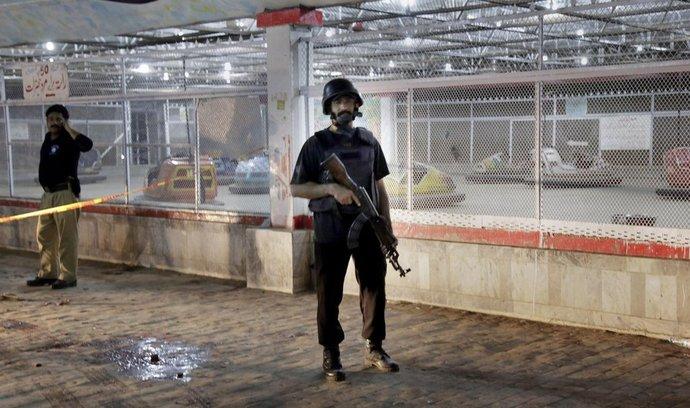 Policisté hlídkují na místě útoku v Lahore