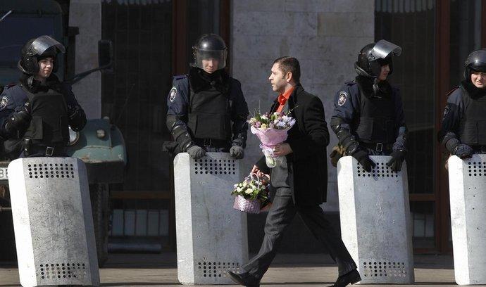 Policisté hlídkují před sídlem regionální vlády v Doněcku, kde se bezpečností složky ve čtvrtek střetly s proruskými demonstranty