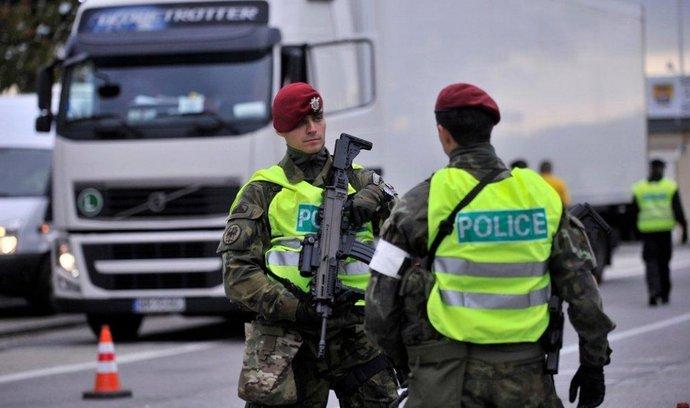 Policisté na hranici s Rakouskem