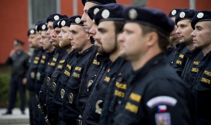 Policisté před cestou (do Maďarska)