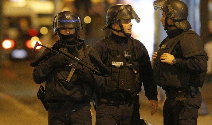 Policisté při zásahu v Saint-Denis