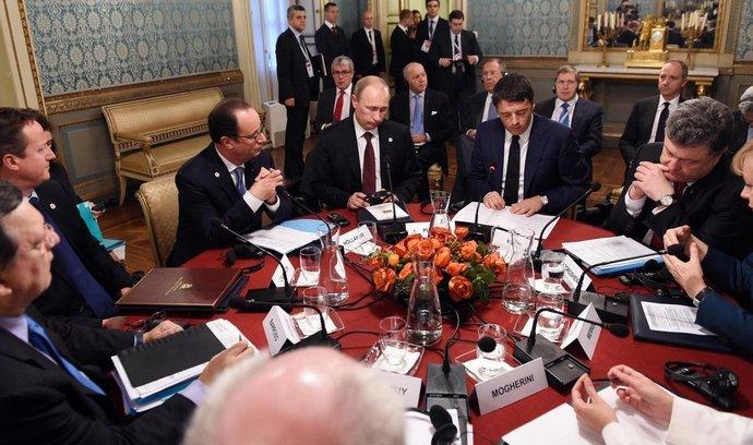 politici při jednání, (zleva) Jose Manuel Barroso, David Cameron, Francois Hollande, Vladimir Putin, Matteo Renzi, Petro Porošenko a Angela Merkelová
