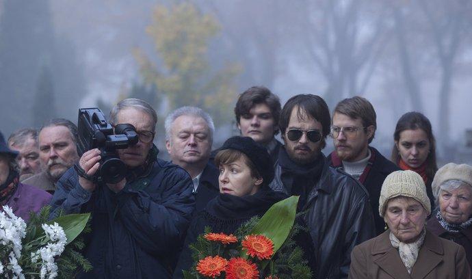 POZOROVATEL. Malíř Zdzisław Beksiński (Andrzej Seweryn) v pozdějších letech na svou videokameru zaznamenával vše včetně pohřbů.