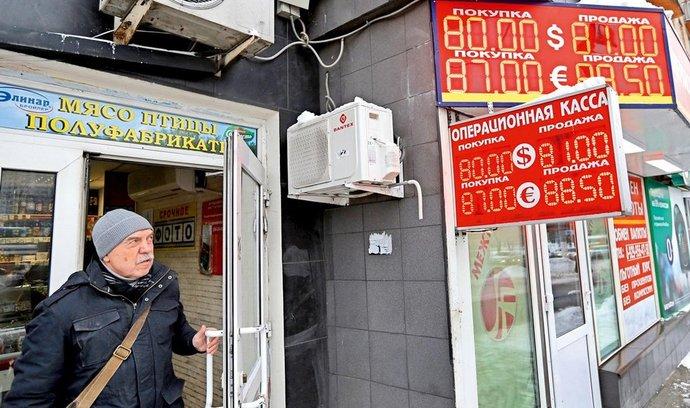 Poprvé v historii ruská měna oslabila pod úroveň 80 rublů za dolar.