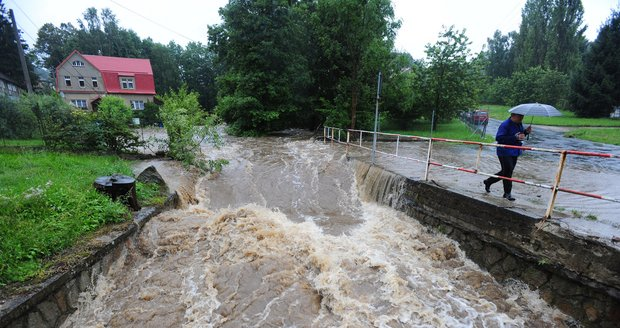 Rozvodněná řeka Kamenice 7. srpna nedaleko Mlýnů na Děčínsku