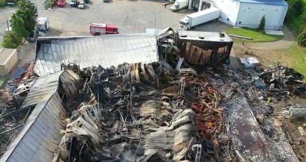 Požár haly v Uhříněvsi si vyžádal přítomnost hasičů i třetího dne. (27. červenec 2021)