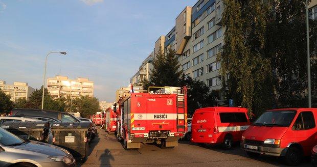 Několik desítek lidí museli v pondělí v vpodvečer evakuovat hasiči z panelového domu v pražské Hostivaři kvůli požáru auta v garáži. Několik lidí skončilo v péči záchranářů.
