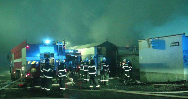 Ve Zvoli u Prahy hoří lakovna, dva zranění, jeden pohřešovaný