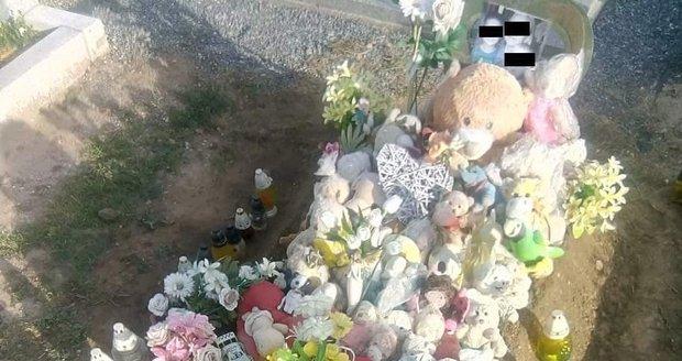 Takto vypadá v současnosti hrob dětí (†1, †4 a †9) ze Znojemska, 10 měsíců od tragického požáru