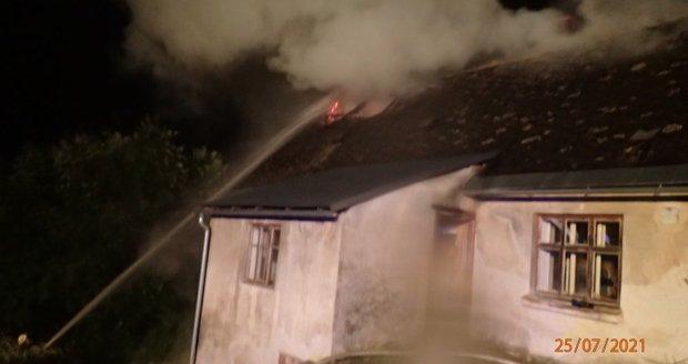 Výboj při bouřce zapálil střechu rodinného domu v Tvrdkově na Rýmařovsku