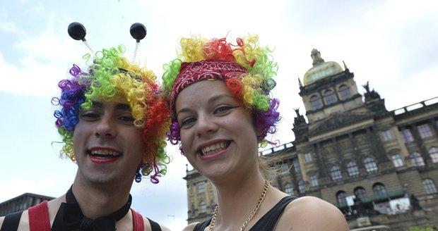 Gayové a lesbičky z Čech i zahraničí se scházejí v Praze k průvodu.