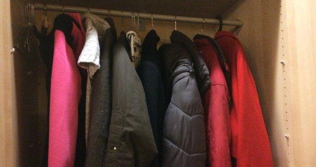Do skříně už lidi nosí nejrůznější věci.
